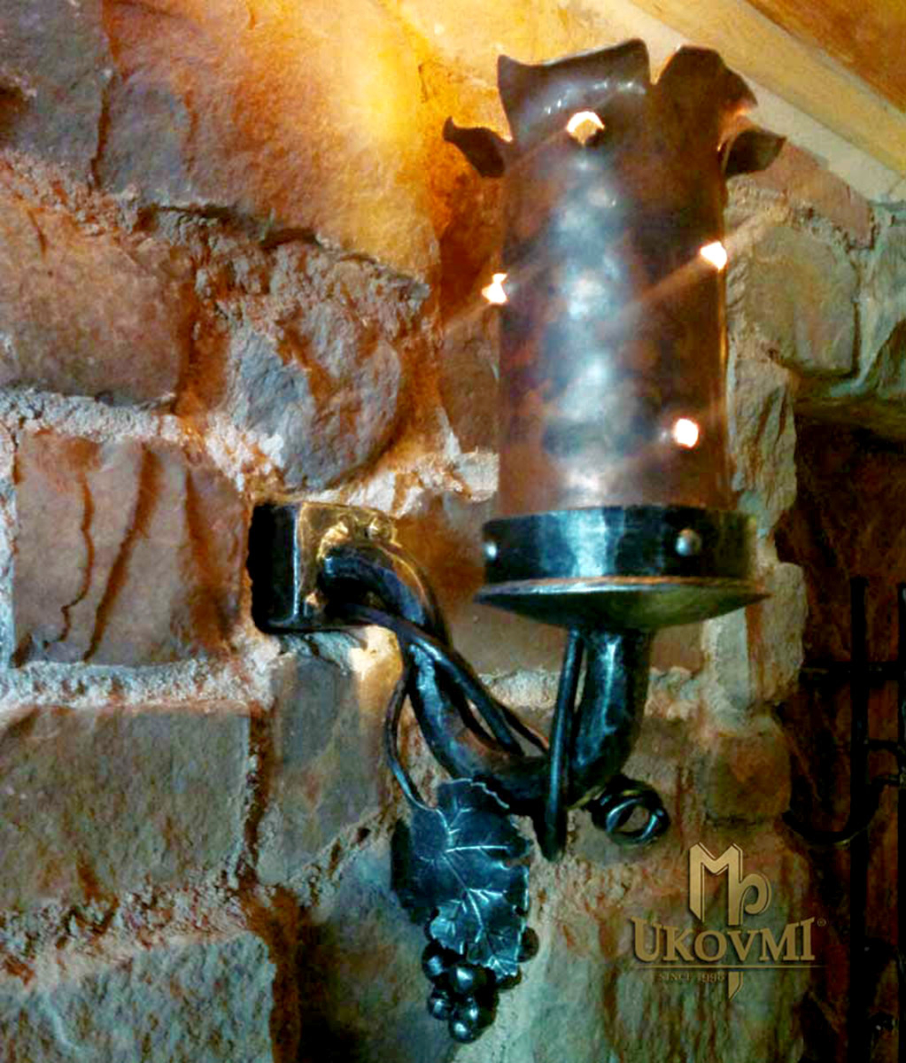 Geschmiedete Wandleuchte aus getriebenem Kupfer – historische Lampe